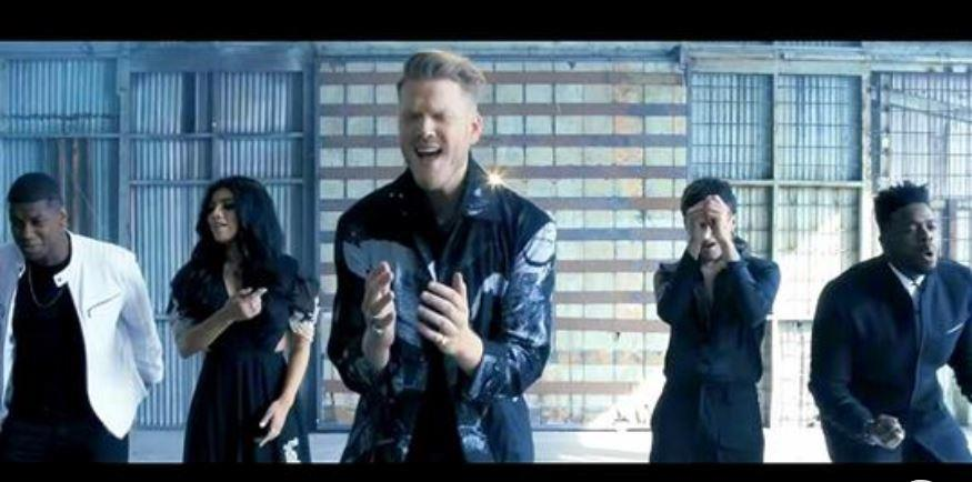 Pentatonix se lance dans une incroyable reprise de « The Sound of Silence » qui donne des frissons